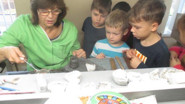 Pirmsskolas bērni zobārstniecības kabinetā