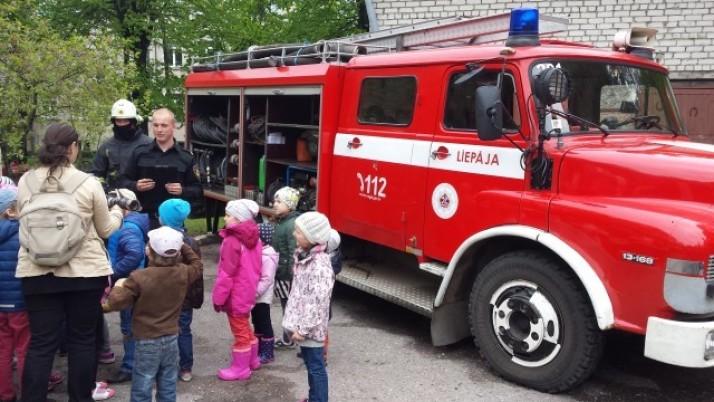 Pirmsskolas bērni ciemos pie ugunsdzēsējiem