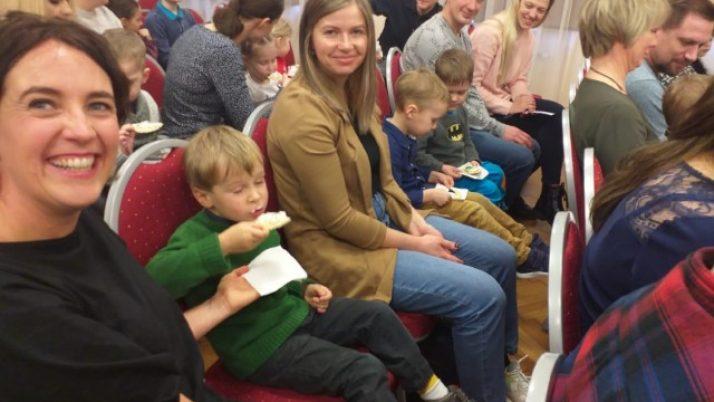 """""""Mārītes"""" grupas bērni ar vecākiem teātrī"""