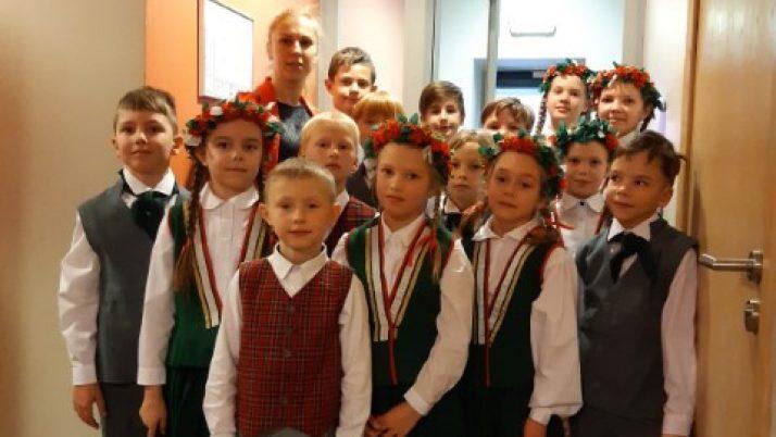 Sākumskolas deju kolektīvs Liepājas pirmsskates koncertā